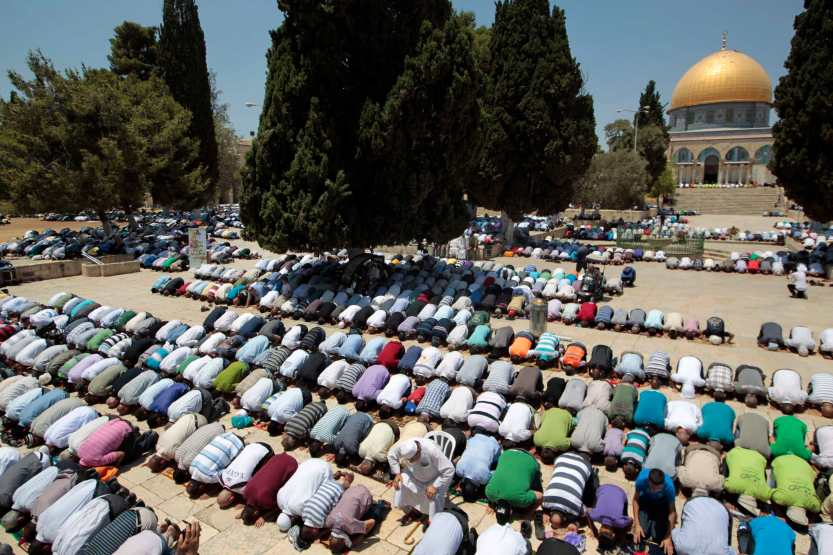 Palestinian men pray in front the Dome of the Rock on the compound known to Muslims as Noble Sanctuary and to Jews as Temple Mount in Jerusalem's Old City on the first Friday of the holy month of Ramadan July 20, 2012. Israeli police said that Palestinian males over the age of 40 would be freely permitted to enter the compound in Jerusalem's Old City on Friday. REUTERS/Ammar Awad (JERUSALEM - Tags: RELIGION SOCIETY)